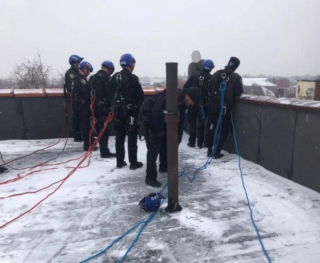 Screenshot_2019-04-23 nypd-cops-save-man-from-suicide-on-snowy-roof jpg (WEBP Image, 915 × 610 pixels).png